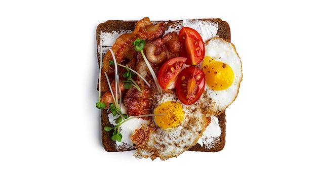 Брускетта с беконом, яйцами и овощами на белом фоне. фото высокого качества
