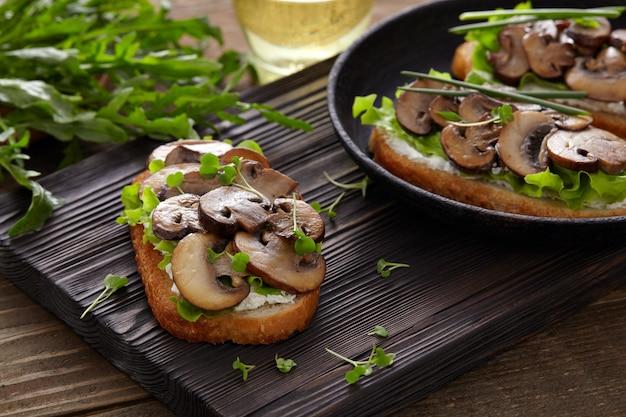 Брускетта с сыром и грибами