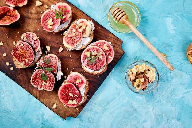 Bruschetta with cottage cheese, figs, and honey