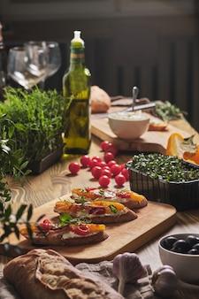 크림 치즈와 구운 야채를 곁들인 브루스케타