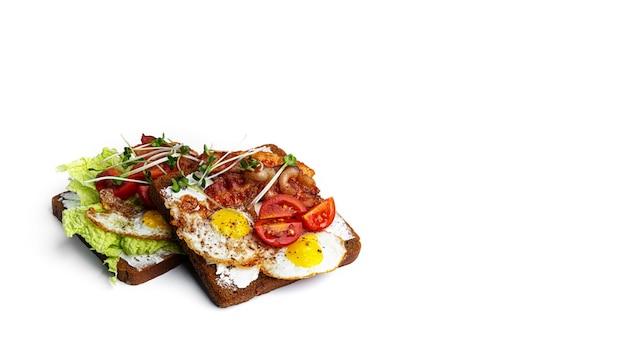 白い背景にさまざまな詰め物のブルスケッタ。野菜、肉、チーズのブルスケッタ。高品質の写真