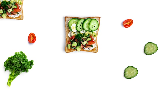 さまざまな具材のブルスケッタ野菜、肉、チーズのブルスケッタ。