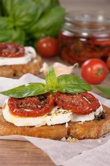 フェタチーズとサンドライトマトのスライスにスパイスを効かせたブルスケッタ
