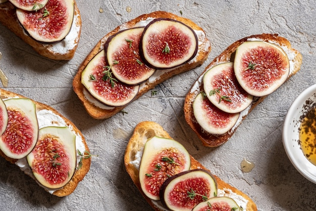 Bruschetta with figs, goat cheese and honey