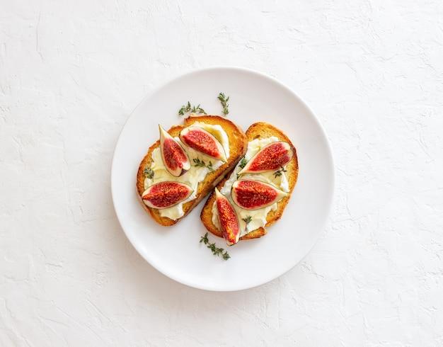 Брускетта с инжиром, медом и сыром. здоровое питание. вегетарианская еда.