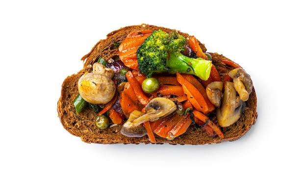 白い背景に揚げ野菜とブルスケッタ。高品質の写真