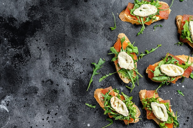 Bruschetta with goat cheese, arugula and pear marmalade