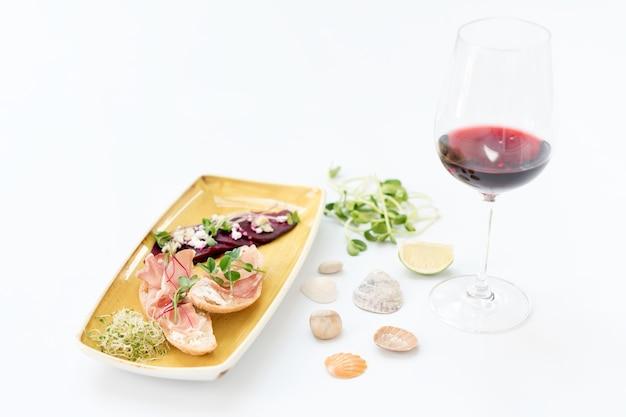 Брускетта с пармской ветчиной и вином