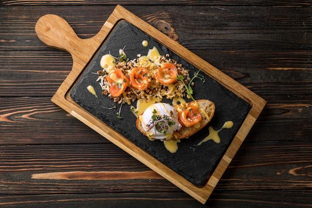 Брускетта с яйцом-пашот из лосося на борту