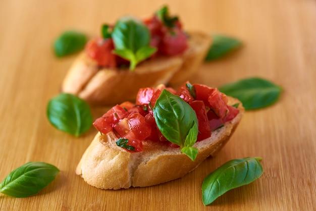 토마토와 바질을 곁들인 브루스케타