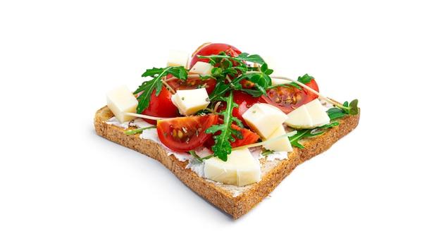 Брускетта с овощами и сыром моцарелла на белом фоне. фото высокого качества