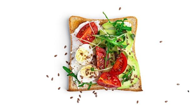 Брускетта с овощами и перепелиным яйцом на белом фоне. фото высокого качества
