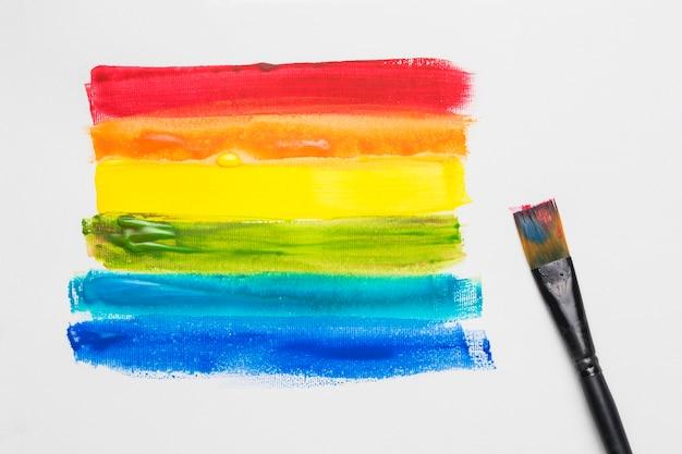 Кисточка и нарисованные полосы в цветах лгбт