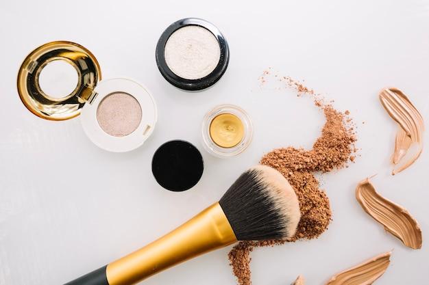 ブラシと化粧ファンデーション