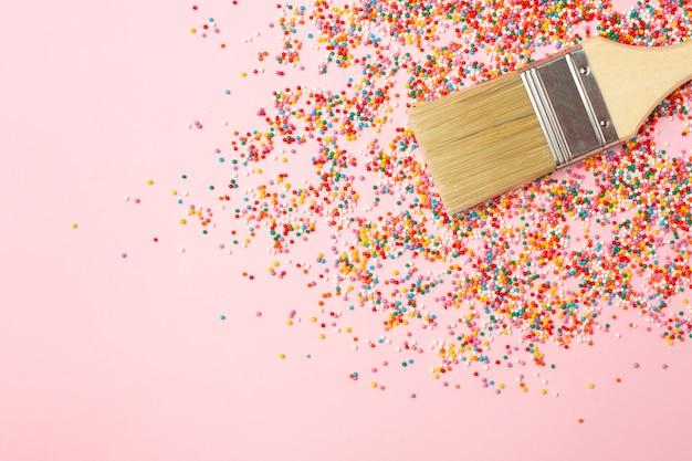 お菓子用のブラシと色とりどりの丸い紙吹雪のトッピング