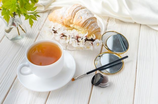 커피 테이블의 눈썹 용 브러시 및 그림자 (립스틱)