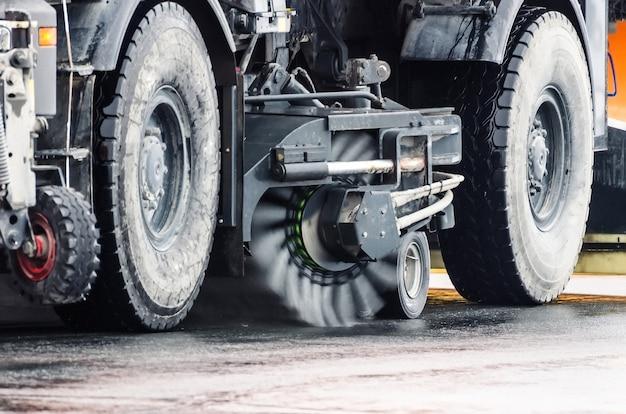Щеточная очистка дорожных колес уборочной машины.