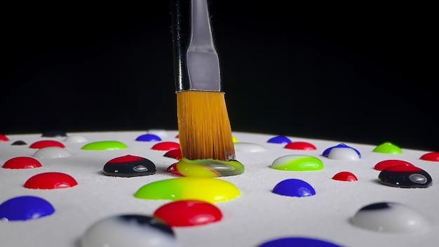 여러 색상의 페인트로 브러시 그리기