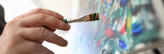 손에 그림을 그리는 브러시와 아티스트가 스케치를 만듭니다. 현대 미술 컨셉