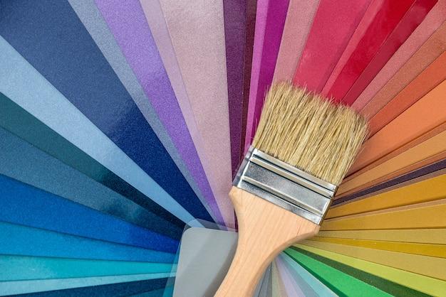 色見本にペイントするためのブラシ、クローズアップ