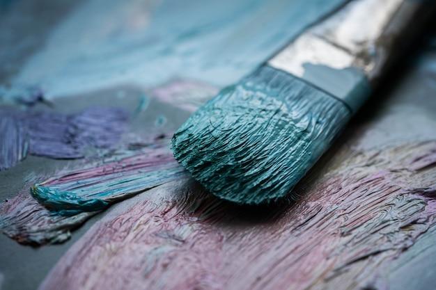 Кисть в красках, холст, живопись.