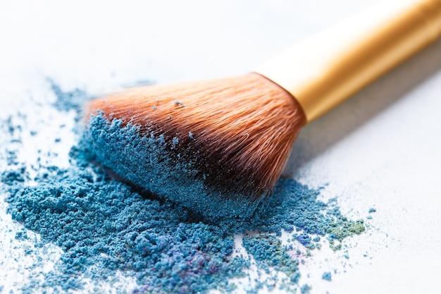 Кисть разбросана по синим теням на белом фоне