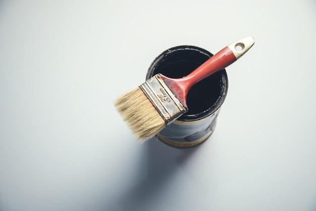 テーブルの上の黒いペンキにブラシをかける