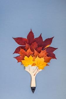 Кисть с осенними листьями