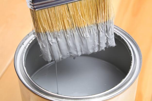 テーブルにペンキを塗ることができるブラシ