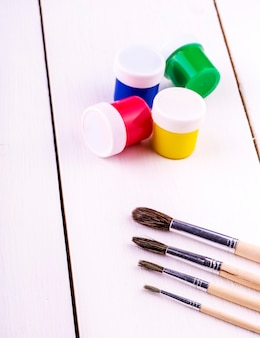 Кисти и краски для рисования на белом фоне