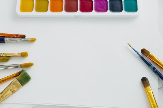 ブラシと白い背景の水彩絵の具