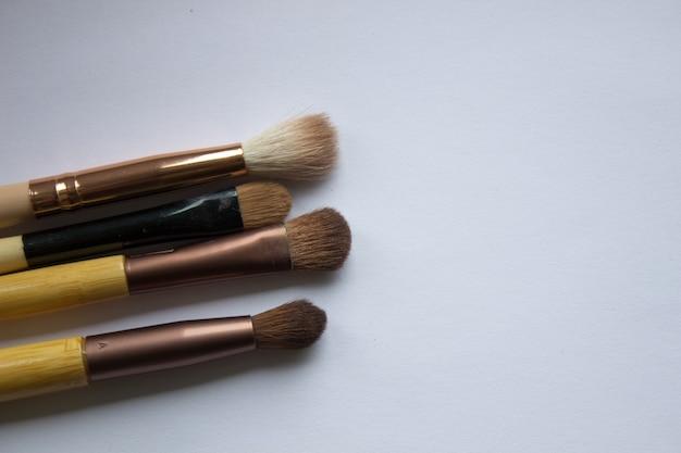 Кисти для нанесения макияжа на белом фоне