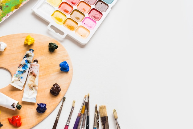 Щетки возле различных красок