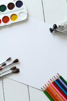 ブラシ、鉛筆、水彩、トップビューの背景