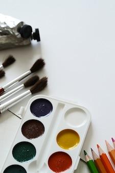 ブラシ、鉛筆、水彩絵の具
