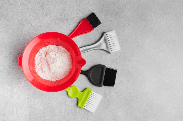 Spazzole e polvere in posa piatta