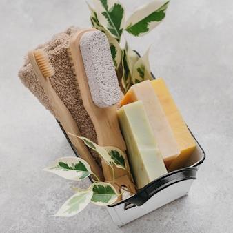 Spazzole e saponi vari in un cestino
