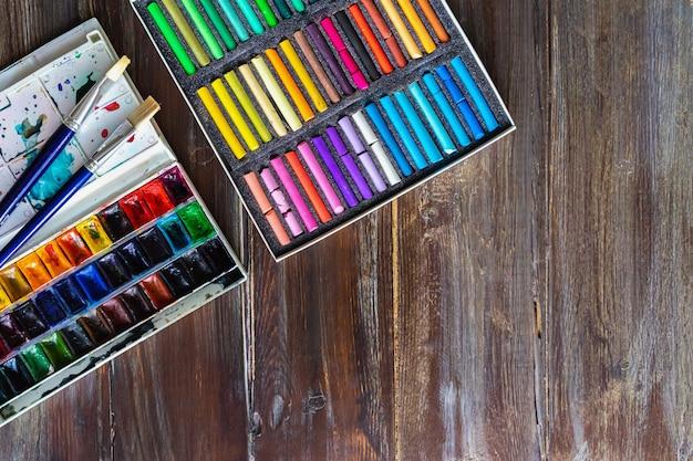 ブラシ、水彩絵の具、クレヨンパステルチョーク