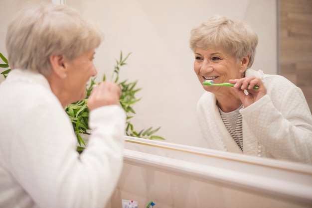 Lavarsi i denti davanti allo specchio