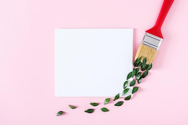 緑の葉とパステルピンクの背景に絵筆のブラシストローク