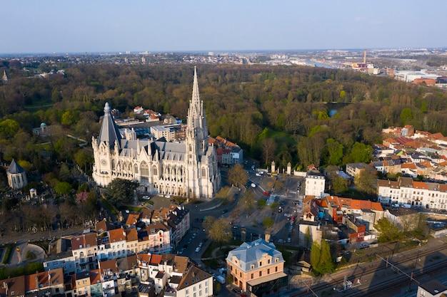 ブリュッセル、ラーケン、ベルギー、2020年4月8日:ラーケンの聖母教会の航空写真-ラーケンノートルダム教会