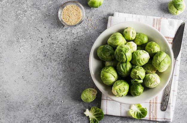 부엌에서 테이블에 항아리에 브뤼셀 콩나물 양배추 신선한 유기