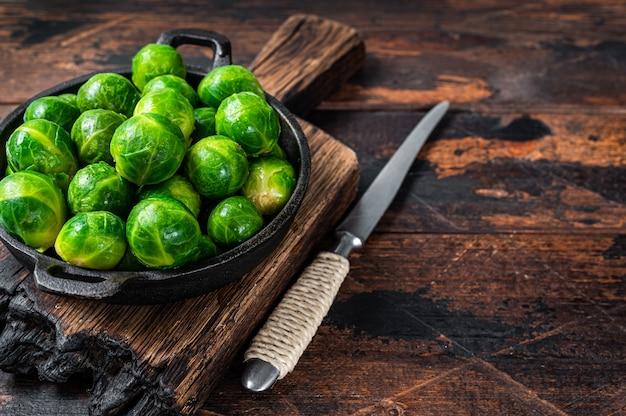 브뤼셀 콩나물 소쿠리에 녹색 양배추