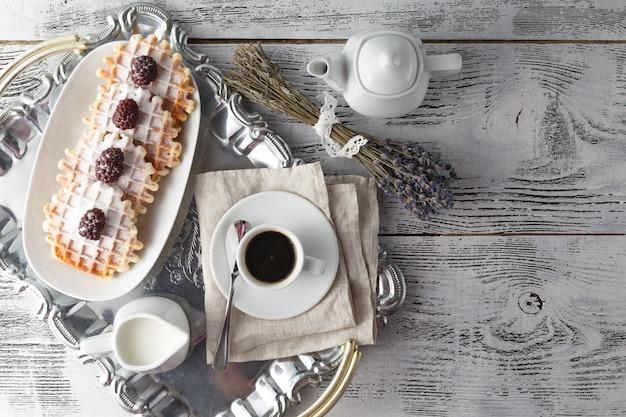 Брюссельские вафли с ягодами и кофе