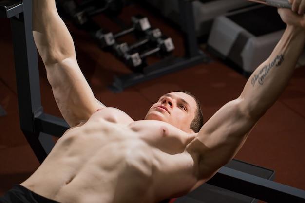 ベンチプレスで筋肉をポンピング残忍なアスレチック男