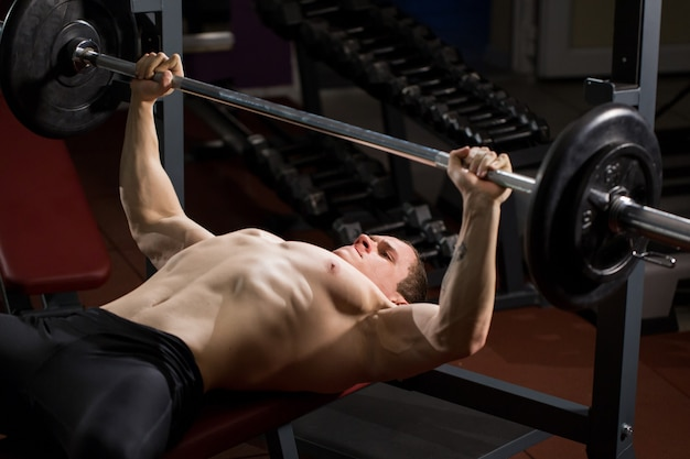 ベンチプレスで筋肉をポンピングする残忍な運動選手