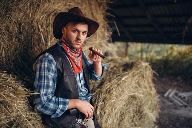 Брутальный ковбой курит сигару