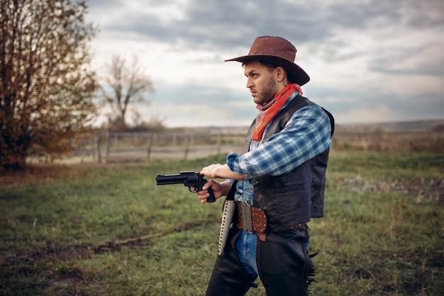 Жестокий ковбой с револьвером, перестрелка на ранчо