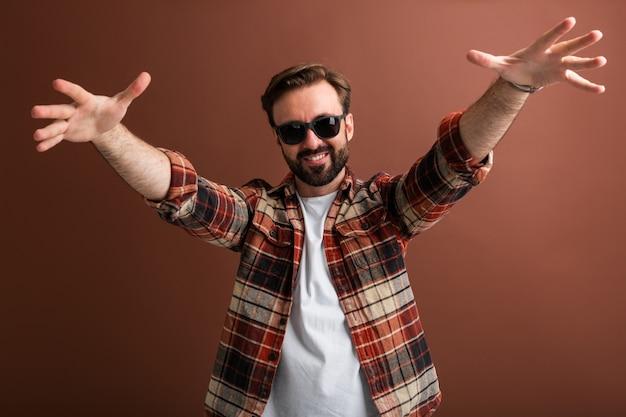 Ragazzo sorridente brutale hipster, uomo felice emotivo barbuto elegante bello