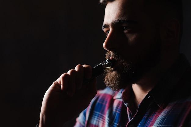 電子タバコを吸う残忍な男